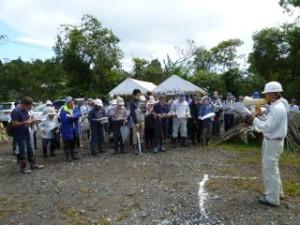 開催直前に雨が降ってきましたが、開始時には止んでくれたので、予定通りスタート!まずは概要説明、参加者は120名とかなりの人数でした。