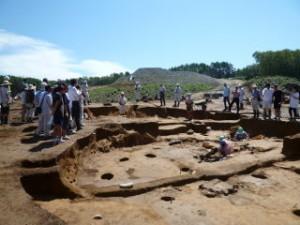 竪穴住居跡です。少しずつ段差になっていて、奥に行くほど高いのが分かるでしょうか?古い竪穴住居跡の上に新しい住居を立て直した跡です。