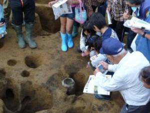 真ん中に土器が出ていますが、逆さまです。これは伏甕(ふせがめ)といって縄文時代の東日本に広く見られた風習のようです。なにかのおまじないでしょうか?