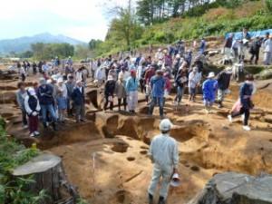 ここも竪穴住居です。調査員が立っている位置から参加者の位置が高くなっていますがこのくらい掘り下げると縄文時代の遺構が姿を現します。