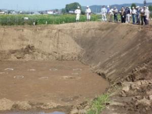 右側は調査が終わった所に調査区で出た土を盛って、そこから調査区をのぞいています。発掘ではかなりの量の土が出ます。