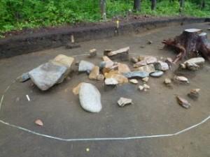 ここの区画の石は特に巨大で(写真左側)、もしかしたらこの集落のえらい人のお墓かも知れません。この配石遺構は遺跡の調査区外まで広がっている可能性があります。