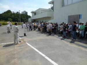 夏が戻ってきたかのような暑さの中、現地説明会のスタートです!山田病院の裏手に事務所用地をお借りしていますが、ここから遺跡まではちょっと距離があります。