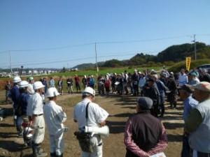概要説明です。今回は遺跡前が広いのでそちらで行いました。130名もの参加者で非常に賑わいました。天気も快晴で暑いくらいでした!