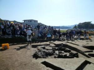 現場での説明ですが、セレモニーの場所から10歩ほど前進するとすぐ遺跡です。調査員の足元にあるのは焼失した竪穴建物です。なんらかの理由で火事になり焼け落ちたと思われます。