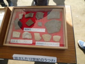 陶磁器やかわらけです。特にかわらけは平泉のものと特徴が同じで、関わりを想像できます。この時代の遺構や遺物がまとまって見つかるのは沿岸北部では大変貴重です!