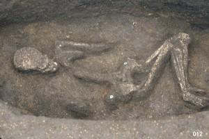 ヒスイの玉飾りをつけた人骨