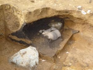 フラスコ状土坑といわれる食糧貯蔵庫ですが、中に土器がありました。こういう例はあまりないそうで、お墓にしたのかも? 想像が広がります。