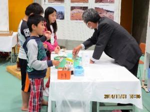 縄文のもようの作り方を勉教わるコーナーもありました!なるほど、こうやって作るのかと子供たちも納得です!