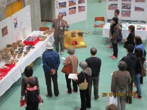 展示解説会の様子です。展示物や遺構の写真について、解説員から詳しく説明します。 聞くと、さらに野田村の歴史について知ることができる貴重な時間です。