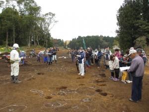 中平遺跡の現地見学会には、50名の方がご来跡されました。発掘調査の方法や手順を中心に解説しました。