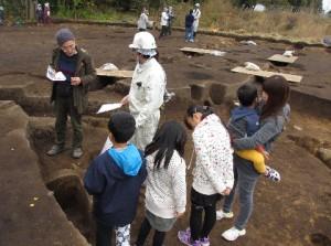 11月1日に行われま、中平遺跡の現地見学会です。これは奈良時代の住居を紹介している様子です。 皆さん興味津々です。