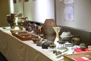 報告会で発表する遺跡を中心に、今年度出土した遺物を展示しました。 今年は見ごたえのある土器も多かったですよ!