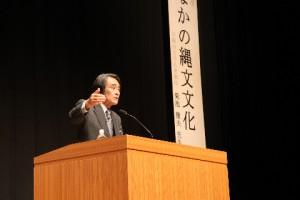 午後は1時から公開講座を開催しました。早稲田大学名誉教授の菊池徹夫先生が、主に縄文文化についてお話してくれました。学術的な部分だけでなく、精神的な文化論もお話していただき、とても有意義でした。