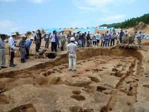 これは縄文時代中期(約5,000年前)の大型住居跡です。長さ12m、幅4.5mにもなります。これだけ大きい住居跡はあまりなく、複数の家族が住んでいた可能性があるようです。 それとも今でいうシェアハウス?