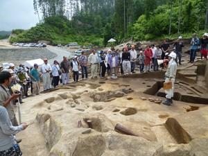 縄文時代の竪穴住居跡の説明です。この遺跡では竪穴住居跡はみな大小さまざまな大きさの、丸い形をしているようです。 遺跡ごとに色々な特徴があるのも興味深いですね。