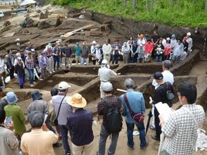 中央で説明している調査員の前の壁に土器がたくさん出ているのが分かりますか?ここは遺物包含層(いぶつほうがんそう)といって集中的に土器などが埋まっている場所です。捨て場だったのでしょうか。