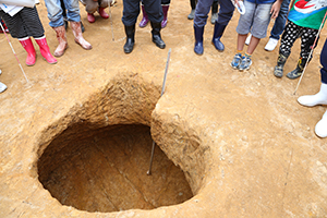 宮古市教育委員会様の調査区では、食糧などを保存した貯蔵穴が多数発見されました。地中は温度が比較的安定しているそうで、実際に測ったところ、地上の気温より貯蔵穴内の方が数度低い温度でした。