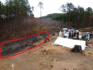 赤い丸枠で囲んだ黒い部分が、縄文人が土器・石器などを捨てていた『捨て場』です。捨て場からはたくさんの土器などが出土します。 かなり広い範囲ですね。掘るのが大変そうです。