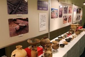 展示遺物は、報告遺跡を主体として報告会にリンクさせました。その他の遺跡もいくつか展示しました。  博物館でも企画展で今年発掘した遺物が展示されていますので、そちらもぜひどうぞ!