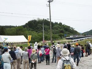 今回は、現場を眺めながら説明会のスタートです。あの山が世田米城跡です。今から登ります!