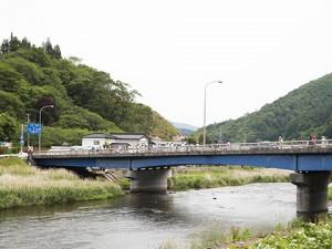 現場までは徒歩5分ほど。近づく世田米城跡を目前に、気仙川のせせらぎに耳を傾け、心身ともに準備を整えます。この川も敵の侵入を防ぐ意味では重要なポイントです。
