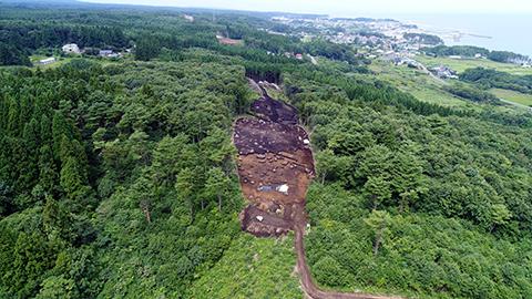 1 遺跡は和座川北岸の丘陵上(標高65m前後)に立地しています。調査に入る前は山林で笹の生い茂る場所でした。
