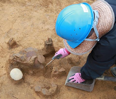 図4 写真3の住居跡から出土した土器を拡大したものです。底の尖った尖底土器と呼ばれる土器です。