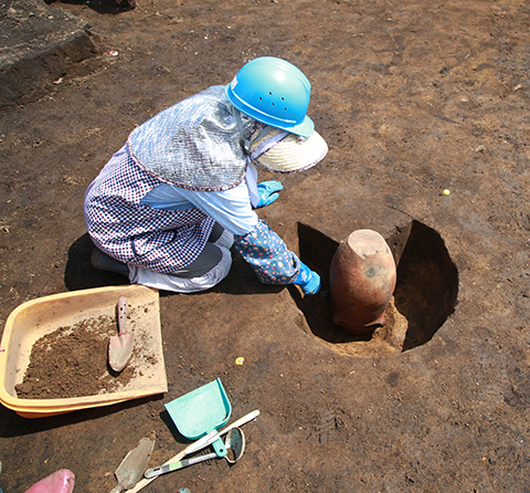 図5 埋設土器も出土しました。縄文時代後期のものと思われ、逆さまに埋設されているのがわかります。また、10月28日(土)11時から、ここ宿戸遺跡で現地説明会を開催します。ぜひ、お越し下さい!!