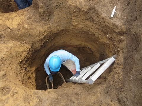 石皿が出土した大きさ約1m30㎝の土坑。石皿は地表から深さ約1m60㎝地点で見つかりました。