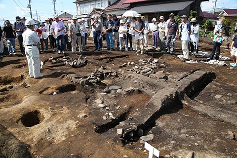 精査中の縄文時代の竪穴住居