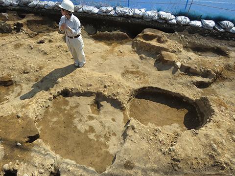 長楕円形の墓