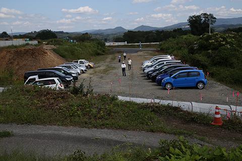 駐車場の向こうに工事中の新小谷木橋